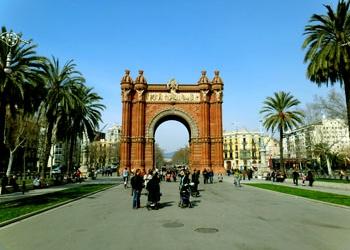 Все больше и больше туристов хотят в Каталонию